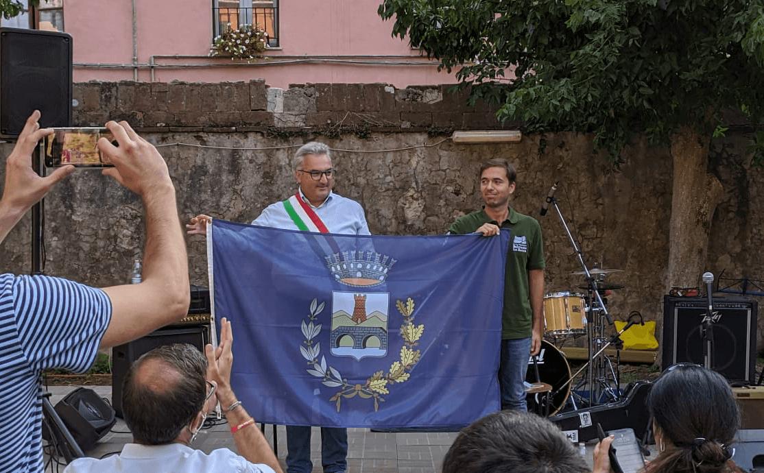 Il Sindaco consegna la bandiera del Comune al presidente dell'associazione